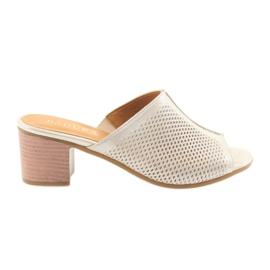 Femeile de papuci de aur Badura 5311