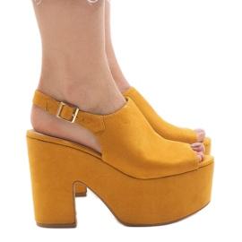 Sandale galbene pe o caramida masivă 8263CA