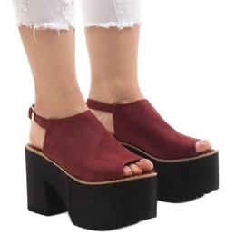 Burgundia sandale pe o caramida masivă B8290