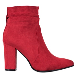 Ideal Shoes Suede Booties pe un bar roșu