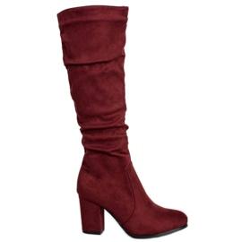 Wilady Suede Boots pe un bar roșu